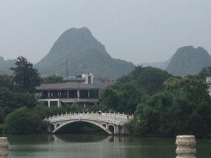 Guilin: Lago in centro e monti sullo sfondo