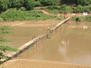 Costruzione ponte sul fiume